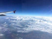 над облаками белыми крыло взгляда плоскости двигателя двигателя видимое Стоковые Фотографии RF