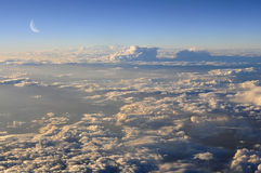 над облаками выравнивая луну стоковая фотография