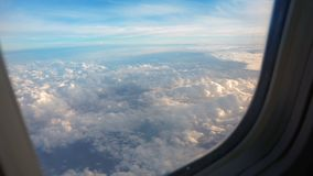 Над облаками, небо как замечено в окне воздушного судна видеоматериал