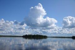 над облаками озеро отразило некоторое Стоковая Фотография
