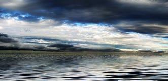 над пасмурной водой неба панорамы стоковое изображение rf