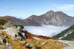 над пиками горы облаков Стоковое Изображение