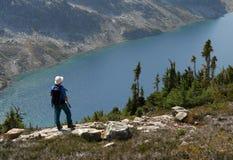 над положением кольца озера hiker Стоковые Фотографии RF