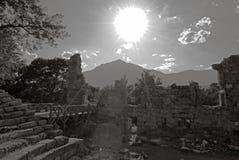 над солнцем руин Стоковое Фото