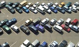 над стоянкой автомобилей серии Стоковое фото RF