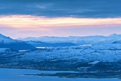 над сумерк Норвегии брода стоковые фото