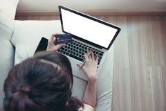 Над съемкой счастливой красивой женщины делая онлайн покупки на hom Стоковые Изображения RF