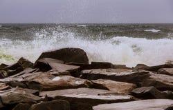 над темной силой поверхности пульсации воды Атлантического океана стоковое изображение