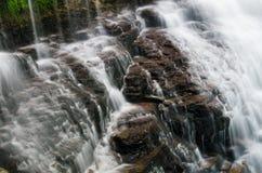 над утесами брызгая воду Стоковые Изображения RF
