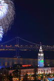 над феиэрверком парома здания моста залива Стоковые Изображения RF