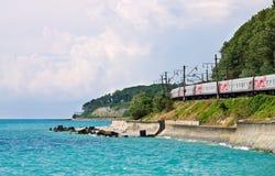 над чернотой идет поезд моря Стоковая Фотография
