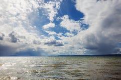 над штормом ruzskoe России озера облаков стоковые изображения