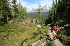 над hara hiking женщина озера o Стоковое фото RF