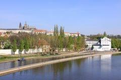 над vltava реки prague замока готским Стоковые Изображения RF