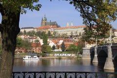 над vltava реки s prague замока готским Стоковая Фотография