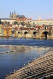 над vltava снежка prague замока готским последним Стоковое фото RF