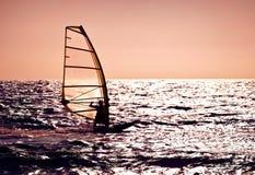 над windsurfer захода солнца силуэта моря Стоковое Изображение