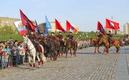 Наездники школы верховой езды Кремля с флагами геро-городов Стоковое Изображение RF