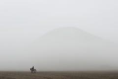 Наездник среди тумана в Bromo Стоковая Фотография RF