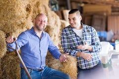 2 наемного сельскохозяйственного рабочего в сеновале Стоковые Изображения