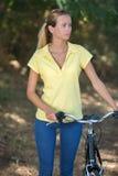 Нажатие велосипеда в парке Стоковое Фото