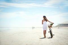 Нажатие велосипеда на пляже Стоковое Изображение RF
