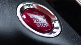 Нажатие крупного плана кнопки старта двигателя