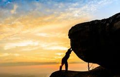 Нажатие работника гористое тяжелый камень Стоковая Фотография