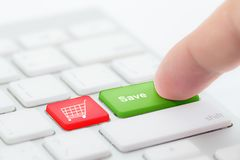 Нажатие руки идет зеленая кнопка с спасением на клавиатуре Стоковое фото RF