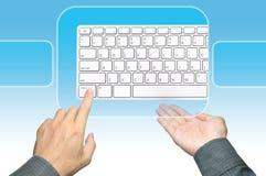нажимать клавиатуры руки бизнесмена Стоковое фото RF