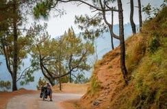 Нажимающ велосипед гористый Стоковое Фото
