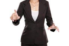 Нажим бизнес-леди для того чтобы прикрыть виртуальный экран стоковые изображения