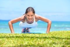 Нажим-поднимает женщину фитнеса делая pushups снаружи Стоковое Фото