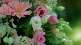 Нажим цветка свадьбы внутри видеоматериал