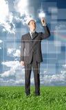 нажим outdoors кнопки бизнесмена полнометражный Стоковые Фотографии RF