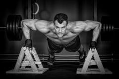 Нажмите вверх человека делая тренировку фитнеса crossfit