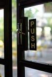 Нажмите знак на двери Стоковые Изображения