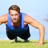 Нажмите поднимает - работать человека фитнеса нажимает вверх снаружи Стоковая Фотография RF