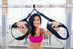 Нажмите поднимает разминку фитнеса с ремнями trx стоковая фотография