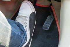 Нажмите тормозную педаль автомобиля стоковое фото rf