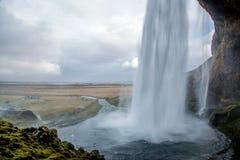 Назад водопада из пещеры стоковое изображение