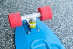 Назад голубой пластичной доски конька красные колеса Стоковая Фотография RF