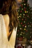 назад девушки и рождественской елки стоковые фото