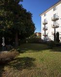 Назад дома, сад с зеленой лужайкой Стоковое Изображение RF