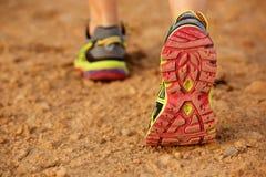 Назад женского ботинка идя на грязную улицу Стоковое Изображение