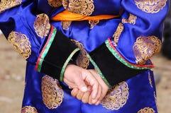 назад за голубым garm вручает Монгол человека Стоковая Фотография