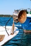 Назад колеса на рыбацкой лодке с всеми своими собранными сетями стоковая фотография