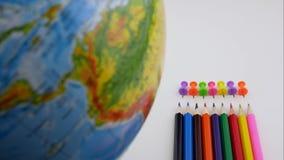 Назад к концепции школы Механизм прерывного действия снял стола школы с различными красочными поставками видеоматериал