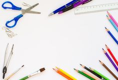 Назад к концепции школы - поставкам школьного офиса на белом backgro стоковая фотография