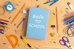 Назад к концепции школы с книгами и школьными принадлежностями на желтом цвете Стоковое Изображение RF